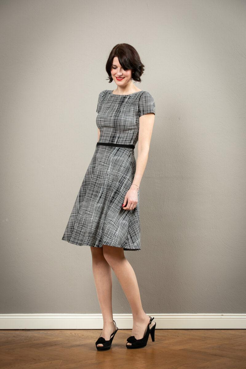 Schwarz Weisses Kleid Mit Ruckenausschnitt Und Tellerrock Tiffany Jekyll Und Kleid