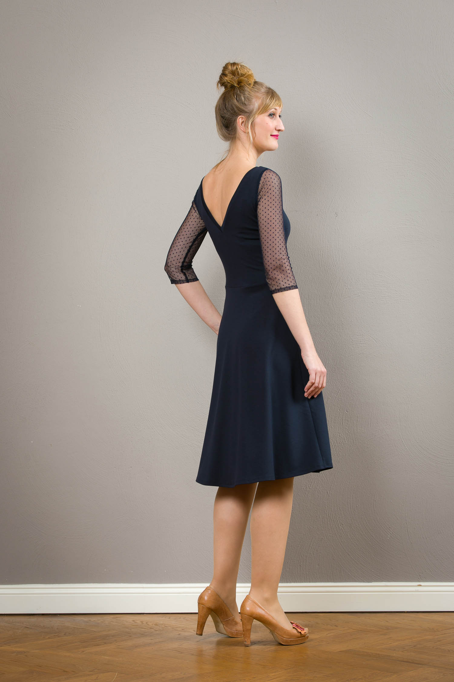 festliches kleid valerie mit rückenausschnitt und faltenrock in dunkelblau